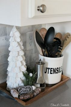 Beautiful+Christmas+kitchen+ideas.+//+cleanandscentsible.com