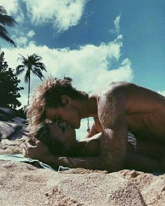 Everyone desires to as happy as they possibly can be with their partner. Take a look at these 29 things couples may do to build and maintain a happier and healthy relationship. Cute Couples Photos, Cute Couple Pictures, Cute Couples Goals, Couple Photos, Couples At The Beach, Cute Couples Kissing, Couple Ideas, Couple Kissing Pics, Beach Love Couple