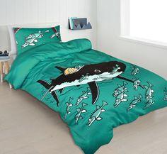 Katoen satijnen dekbedovertrek in een groen/blauwe kleur. Dit dekbedovertrek fleurt gegarandeerd iedere slaapkamer op en bevat een toffe haaien print. Hajar, Comforters, Blanket, Home, Creature Comforts, Blankets, Ad Home, Homes, Carpet