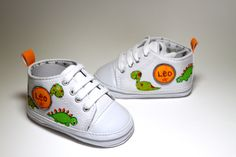 Zapatillas pintadas a mano www.sweetlittleshoes.com Kid Shoes, Baby Shoes, Sneaker Art, Granddaughters, Painted Shoes, Baby Kids Clothes, Pictures To Paint, Baby Booties, Savannah