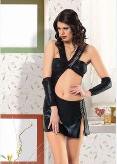 Seksi Giyim Elbise; harç biyeli ve göbeği açık olup eteği yırtmaçlıdır. Elastik yapılı vinyl elbiseye eldivenler ve külot dahildir.