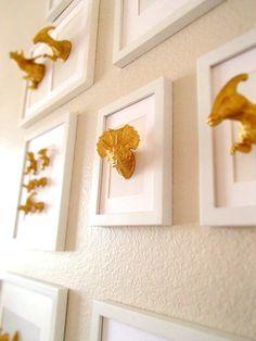 Goldene dinosaurier im wei en bilderrahmen f r - Goldene wanddeko ...