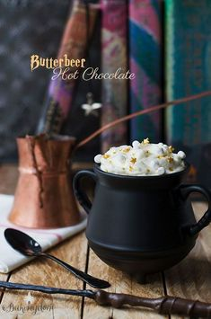 An awesome list of the very best Harry Potter Butterbeer Recipes that's sure to please fans! Everything from copycat version of the popular drink at the Wizarding World of Harry Potter at Universal Studios, to butterbeer inspired Harry Potter Fiesta, Harry Potter Food, Harry Potter Cocktails, Frozen Butterbeer, Anniversaire Harry Potter, Hot Chocolate Recipes, Chocolate Butter, Vegan Chocolate, Sweets