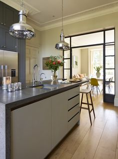 Top 5 Inexpensive kitchen Room ideas Connected yet separate this stylish family kitchen combines classic framed cabinetry with sleek handle-less Urbo -. Family Kitchen, Family Room, Minimal Kitchen Design, Statuario Marble, Kitchen Confidential, Bespoke Kitchens, Round House, Kitchen Decor, Kitchen Ideas