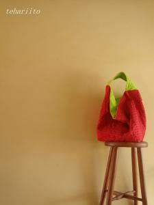 Reversible red and apple green linen bag by Tehariito
