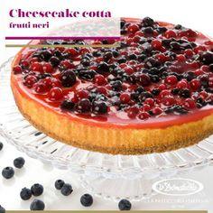 Un dessert fresco preparato con ricotta su una base di biscotti e guarnito con frutti rossi e neri.  --> http://www.ladonatella.eu/prodotti-congelati/torte/farcite/cheesecake-cotta-ai-frutti-neri.html #dessert #cake