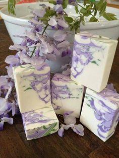 Lavender and white glycerin soap. Diy Savon, Savon Soap, Homemade Beauty, Diy Beauty, Homemade Soap Recipes, Bath Soap, Bath Salts, Soap Packaging, Cold Process Soap
