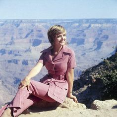 """Florence Henderson during filming of The Brady Bunch episode """"Grand Canyon or Bust"""" - 1971 Photo: ABC/Getty Brady Bunch Mom, Florence Henderson, Midsummer Nights Dream, Classic Tv, Tv Shows, Actresses, It's Raining, Iowa, Grand Canyon"""