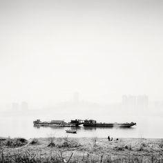 Estamos frente a una obra fascinante, por medio de la cual tenemos la oportunidad de conocer esta misteriosa ciudad, atravesada por dos inmensos ríos, el Yangtze y el Jialing.