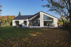Facaden på et af vores huse set fra haven. Vi bygger efter dine ønsker - se mere på www.huscompagniet.dk