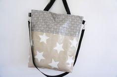 Hochwertig verarbeiteter XL-Shopper aus dem wundervollen Wachstuch von AU. Maison. Unschlagbare Kombination aus Toffee, Giant Stars und Alli Grey. Die Tasche ist komplett gefüttert mit...