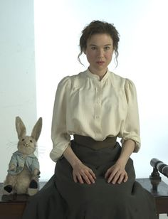 Renee Zellweger as 'Miss Potter', in an outfit I'd wear all day-long. Purim Costumes, Movie Costumes, Tales Of Beatrix Potter, Beatrice Potter, Peter Rabbit And Friends, Renee Zellweger, Steampunk Costume, About Time Movie, Period Dramas