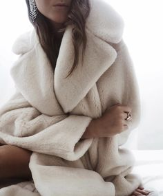 A Complete Guide to Choosing The Perfect Coat That Complements Your Taste This Season - Best Fashion Tips Best Winter Coats, Winter Coats Women, Fall Coats, Women's Coats, Winter Jackets, Urban Chic, White Faux Fur Coat, White Coats, Winter Coat Outfits