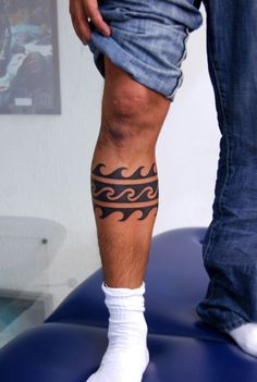Today, millions of people have tattoos. From different cultures to pop culture enthusiasts, many people have one or several tattoos on their bodies. While a lot of other people have shunned tattoos… Tattoo Band, Hawaiianisches Tattoo, Surf Tattoo, Leg Tattoo Men, Samoan Tattoo, Tattoos For Guys Leg, Polynesian Tattoos, Ocean Wave Tattoo, Ladies Tattoos