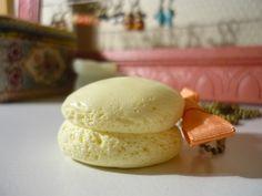 Sautoir avec un macaron couleur jaune pastel et noeud en ruban corail sur chaîne à billes en laiton.  cocomuxu