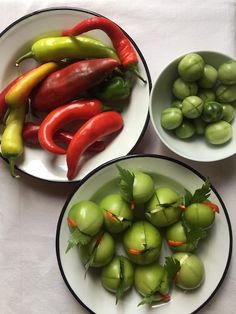 Kovászolt zöldparadicsom lestyánnal és csilivel   Chili és Vanília Preserves, Stuffed Peppers, Vegetables, Food, Cilantro, Preserve, Stuffed Pepper, Essen, Preserving Food