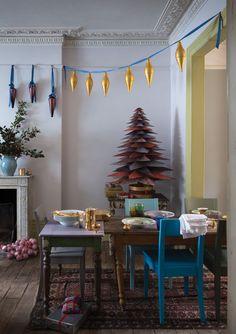 L'an dernier, la rédaction de CôtéMaisona craqué pour le sapin de Noël DIYde Farrow and Ball, réalisé à partir de papier peint. Une chouette idée et une photo d'ambiance canon. Piqûre de rappel :    N'est-il pas trop beau, cesapin deNoël façon origami ? Mais de