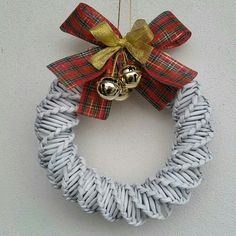 . Xmas Wreaths, Christmas Decorations, Holiday Decor, Burlap Wreath, Office Decor, Advent, Projects To Try, Weaving, Basket