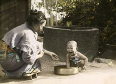 Japanese Woman in kimono and crying baby. Undated early colored photo. 1910s?