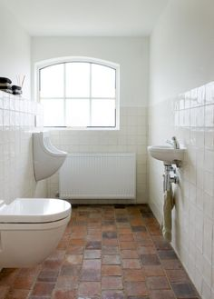 spaanse witjes bathroom white tile with terracotta floor