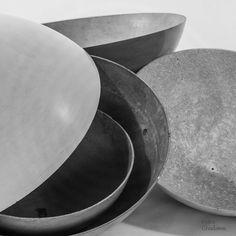 Betonlampe aus Gussebton mit farbiger Verkabelung. Erhältlich in 3 Größen - 50/70 und 90cm Durchmesser. #betonlampe #gussbeton #designlampe #betonobjekt  Serving Bowls, Plates, Tableware, Paint, Objects, Mixing Bowls, Licence Plates, Plate, Dinnerware