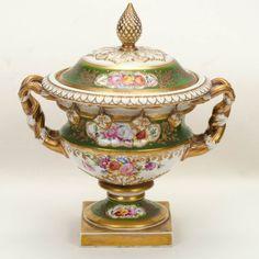VISTA ALEGRE. Potiche em porcelana portuguesa policromada, com esmaltagem floral…