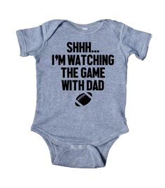 I'm Watching The Game With Dad Baby Football Onesie Baby Football Outfit, Baby Boy Football, Football Onesie, Baby Girl Onsies, Baby Boy Newborn, Disney Onesies, Papa Baby, Funny Baby Clothes, Diy Clothes