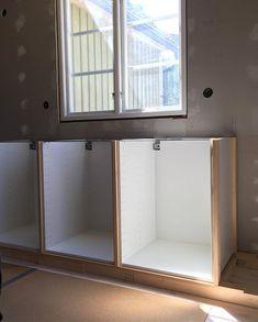 Platsbyggd känsla till överkomligt pris - så resonerade vi när vi renoverade vårt kök. Vi valde att platsbygga IKEA-stommar och fälla in… Decor, Kitchen Interior, Bathroom Medicine Cabinet, Shelves, Interior, Interior Inspiration, Home Improvement, Ikea, Inspiration