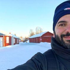 Buongiorno #Luleå #rainbowRTW mi preparo a partire e saluto questa città ricordando Kyrkbyn Gammelstad antico borgo e primo nucleo da cui Luleå ebbe origine. Una foto con i cottage rossi non potevo non farla!  Itinerari alla scoperta del nord su www.leviedelnord.com #leviedelnord #visitsweden #visitluleå . . . . #gaystagram #gaylife #gayselfie #gayman #gaystyle #scruff #scruffy #gaytraveler #beardedman #beard #bearded #beardedmen #barba #beardedguy #gaybear #gayboy #gaytravel
