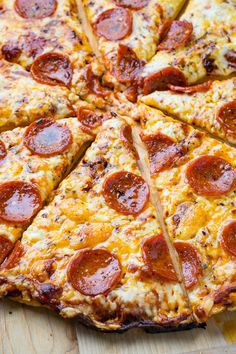Chicago Style Thin Crust Pizza Recipe : A pizza with a thin, light, flaky and buttery crust that is so easy to make! Chicago Style Thin Crust Pizza Recipe, Pizza Style, Pizza Hut Deep Dish Recipe, Cornmeal Pizza Crust, Pizza Taco, Tortilla Pizza, Tortilla Chips, Pizza Legal, Junk Food