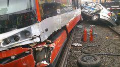 A bizzare police car and street tram crash in Prague / Mezi stanicemi Olšanská a Nákladové nádraží Žižkov v Praze 3 se 17. října před polednem srazila tramvaj číslo 9 s policejním vozem. Dva policisté a jeden chodec byli zraněni. Nikdo z cestujících v tramvaji zraněn nebyl, ačkoli vůz při nehodě vykolejil.