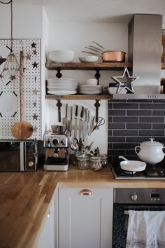 White and black with neutrals, and a touch of copper. (Modern decor house interior design, modern decor inspiration design trends, modern decor inspiration kitchen, modern home decor dining room. Modern Grey Kitchen, Grey Kitchen Designs, Interior Design Kitchen, Kitchen Decor, Cottage Kitchens, Home Kitchens, Style At Home, Hygge Home Interiors, Craftsman Kitchen