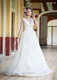 Imbinarea dintre topul din dantela si fusta eleganta este marcata de un brau discret, menit sa scoata in evidenta talia.