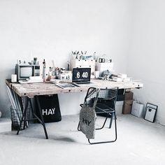 MANDAG | Sidste arbejdsuge inden to ugers ferie, hvor den står på flytning til Odense (!) Jeg åbnede børneren i dag og er lige kommet hjem fra 26 km på landevejen  Odense, Office Desk, Corner Desk, Instagram Posts, Furniture, Home Decor, Corner Table, Desk Office, Decoration Home
