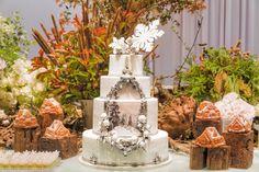 Na festa decorada por Clarissa Rezende (www.clarissarezende.com.br), o bolo de chocolate com recheio de brigadeiro, criado e executado pelo The King Cake (www.thekingcake.com.br), tinha o desenho de uma floresta cheia de neve, graças a uma impressão feita de papel de açúcar comestível