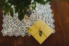 Wedding invitations ideas/Idei invitatii de nunta originale. Invitaţie rustică tip letterpress cu etichetă din frunză.