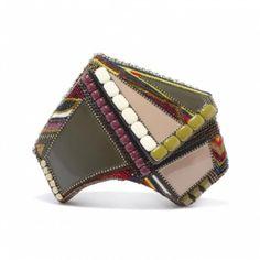Беа Вальдес родом с Манилы, Филиппины. Созданием сумок занимается с 2001 года, в начале под заказ и с 2005 года в США была представлена первая коллекция.