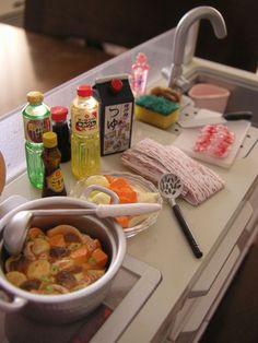 肉じゃがの料理とお食事 b0113231_16453488.jpg 肉じゃがを作る風景です。 だしつゆ、みりん、料理酒、 ごま油もあります。 かすかに写ってる鍋のふたは木ぶたです。