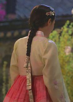 [장옥정, 사랑에 살다]Jang Ok Jung, Live In Love (Yoo Ah In)Jang Ok-jung, Living by Love(Hangul:장옥정, 사랑에 살다;RR:Jang Ok-jeong, Sarang-e salda) is a 2013 South Korean historical television series, starringKim Tae-hee,Yoo Ah-in,Hong Soo-hyun. It is about Jang Ok-jung, the real name ofJang Hui-bin, a royal concubine during theJoseon Dynasty. Based on the 2008 chick litnovel by Choi Jung-mi, it is a reinterpretation of Jang Hui-bin's life, as a woman involved in fashion design and… Korean Traditional, Traditional Fashion, Traditional Dresses, Korean Dress, Korean Outfits, Korean Women, Korean Girl, Historical Hairstyles, My Sassy Girl