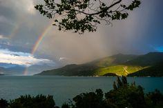 Regenboog in Lac de Serre-Ponçon door Joran Maaswinkel.