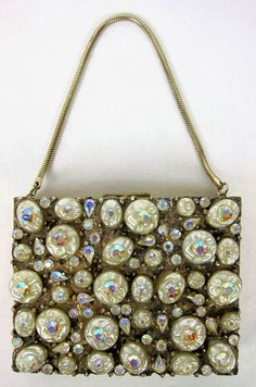 Utterly stunning vintage pearl and aurora borealis (crystal) compact purse. Vintage Purses, Vintage Bags, Vintage Love, Vintage Handbags, Vintage Gifts, Vintage Outfits, Vintage Fashion, Blue Fashion, Vintage Accessories
