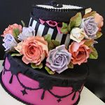 Hat Box Cake by Pink Cake Box love, this! Hat Box Cake, Pink Cake Box, Gift Box Cakes, Gorgeous Cakes, Pretty Cakes, Cute Cakes, Amazing Cakes, Girly Cakes, Fancy Cakes