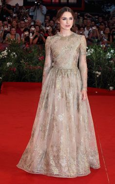 Pin for Later: 25 Times Keira Knightley Proved She Rules the Red Carpet Keira Knightley at the 2011 Venice Film Festival Keira had a modern-day fairy-tale moment in Valentino Couture at the Venice Film Festival in Keira Knightley, Keira Christina Knightley, Valentino Gowns, Valentino Couture, Lace Outfit, Mode Hijab, Casual Look, Red Carpet Looks, Red Carpet Dresses