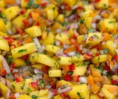 Delicious and colorful mango salsa recipe made with ripe mangoes, red onion… Healthy Snacks, Healthy Eating, Healthy Recipes, Cheap Recipes, Keto Recipes, Salada Light, Mango Salsa Recipes, Mango Ceviche Recipe, Mango Salsa For Fish