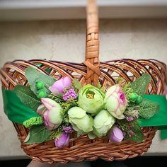 Дуже цікава кольорова гама ——— Квіткова композиція кріпиться на відрізок фетру, а потім це все - на атласну стрічку. Довжина стрічки - 2 м   ... Wedding Gift Baskets, Wedding Gifts, Wicker Picnic Basket, Sewing Baskets, Basket Decoration, Flower Basket, Easter Baskets, Rustic Wedding, Wedding Decorations