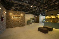 株式会社セレスのオフィスインタビュー取材。 Office Entrance, Office Interiors, Wall Design, Interior Design, Flower Market, Office Style, Clinic, Dental, Reception