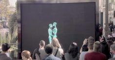 Sie sehen aus wie zwei Skelette, die hinter einem Bildschirm tanzen und sich umarmen, doch es steckt viel mehr dahinter.