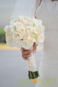 bouquet clásico de rosas, lisianthus y tulipanes en tonos blancos