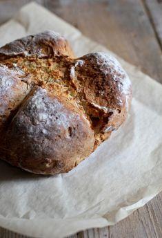 Ricetta veramente easy per un pane che non richiede lievitazione e grandi manipolazioni. Ecco la mia versione di soda bread ai semi di finocchio.