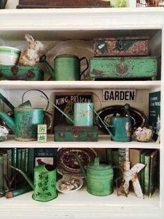Green watering cans, books and boxes. - My Garden Decor List Cath Kidston, Garden King, Antique Booth Displays, Flea Market Booth, Flea Market Gardening, Flea Market Decorating, Decorating Ideas, Egg Holder, Ball Jars